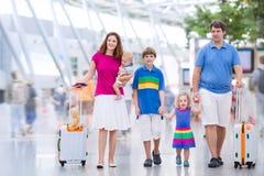 Ung familj på flygplatsen Arkivbilder