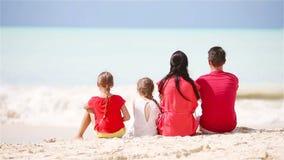 Ung familj på semester på den karibiska stranden arkivfilmer
