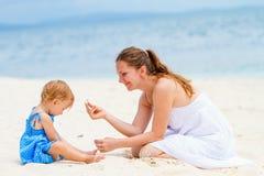 Ung familj på stranden royaltyfria foton