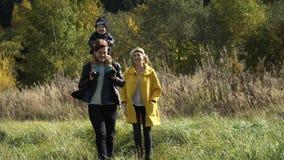 Ung familj på en gå i parkera lager videofilmer