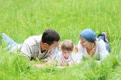 Ung familj på naturen Arkivfoto