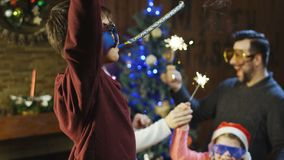 Ung familj som firar jul med tomtebloss lager videofilmer