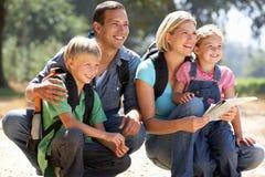 Ung familj som går i land Royaltyfria Bilder