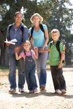 Ung familj som går i land Royaltyfri Bild
