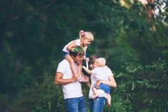 Ung familj som går med barn royaltyfria foton