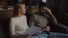 Ung familj som har en konflikt arkivfilmer