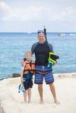 Ung familj som tillsammans snorklar i havet Fotografering för Bildbyråer