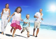 Ung familj som tycker om deras begrepp för sommarsemester Arkivfoton