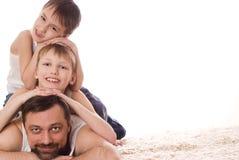 Ung familj tre som ligger Royaltyfri Foto