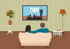 Ung familjman och kvinnor som håller ögonen på TV utbildning orubbligt program tillsammans i vardagsrummet också vektor för corel Fotografering för Bildbyråer