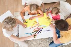 Ung familjteckning samman med ungar Arkivfoton