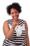 Ung fettig svart kvinna som pekar till skärmen - afrikanskt folk Arkivbild