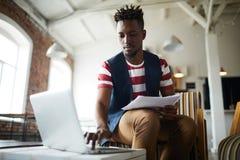 Ung finansiell chef fotografering för bildbyråer