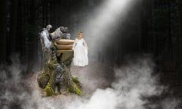 Ung flicka ängel, Hople, förälskelse, fred royaltyfri bild