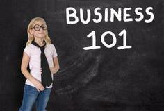 Ung flicka affärskvinna, affär 101, svart tavla, försäljningar, marknadsföring Fotografering för Bildbyråer