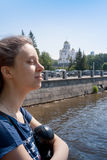 Ung flicka av 20 år gammal uppsättning hennes framsida till sommarsolen i th Royaltyfri Bild