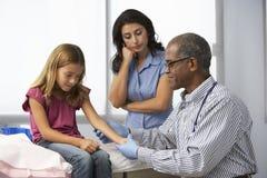 Ung flicka för doktor In Surgery Examining Royaltyfri Bild