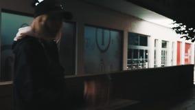 Ung flicka för tillfällig stil som röker cigaretten på stadsgatan på natten stock video