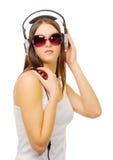Ung flicka hör musik vid hörlurar Royaltyfri Foto
