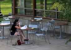Ung flicka i övergett gatakafé av universitetet av den Minnesota universitetsområdet royaltyfri bild
