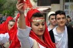 Ung flicka i albanian traditionell dräkt Arkivbild