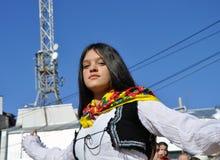 Ung flicka i albanian traditionell dräkt på en ceremoni som markerar den 10th årsdagen av självständighet för Kosovo ` s i Dragas royaltyfria bilder