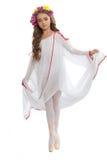 Ung flicka i balettskor och lång vit klänning Royaltyfri Fotografi