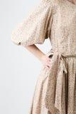Ung flicka i beige kläder Arkivfoton