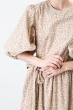 Ung flicka i beige kläder Royaltyfria Bilder