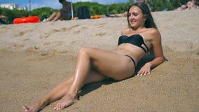 Ung flicka i bikinin som ligger på stranden och att solbada för hav Härlig caucasian kvinna som kopplar av på havkust under somma stock video