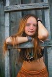 Ung flicka i byn hippie Arkivfoton