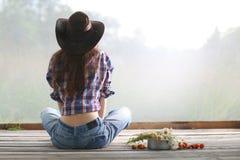 Ung flicka i cowboyhatt Royaltyfria Bilder