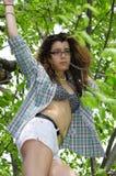 Ung flicka i den öppna trädskjortan Arkivfoton