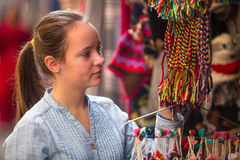 Ung flicka i den asiatiska presentaffären nepal Fotografering för Bildbyråer