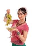 Ung flicka i den indiska medborgareklänningen med druvor arkivfoton