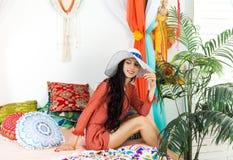 Ung flicka i den orientaliska inre som tycker om en semester Arkivfoto