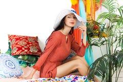 Ung flicka i den orientaliska inre som tycker om en semester Royaltyfri Fotografi
