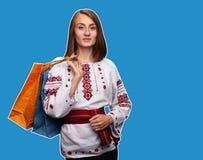 Ung flicka i den ukrainska nationella dr?kten royaltyfri foto
