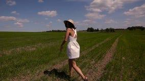 Ung flicka i den vita klänning- och klädersugrörhatten stock video