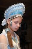 Ung flicka i en blå huvudbonad Arkivbild