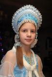 Ung flicka i en blå huvudbonad Royaltyfri Fotografi