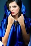 Ung flicka i en blå klänning Arkivfoto