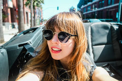 Ung flicka i en cabriolet på San Francisco, Kalifornien arkivfoto