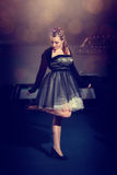 Ung flicka i en härlig klänning arkivfoton