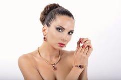 Ung flicka i en halsband med den röda stenen royaltyfria bilder