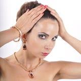 Ung flicka i en halsband med den r?da stenen royaltyfri fotografi