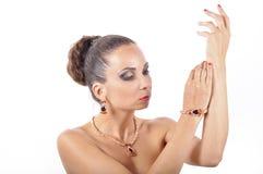 Ung flicka i en halsband med den r?da stenen royaltyfria bilder