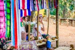 Ung flicka i en Hmong by Arkivfoto