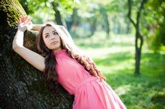Ung flicka i en parkera Royaltyfri Foto