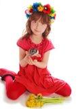 Ung flicka i en röd klänning Royaltyfri Bild